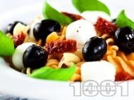 Салата с фузили, моцарела, сушени домати и маслини